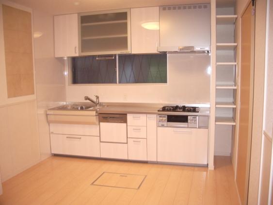 リフォーム後のキッチン 自動収納棚付き